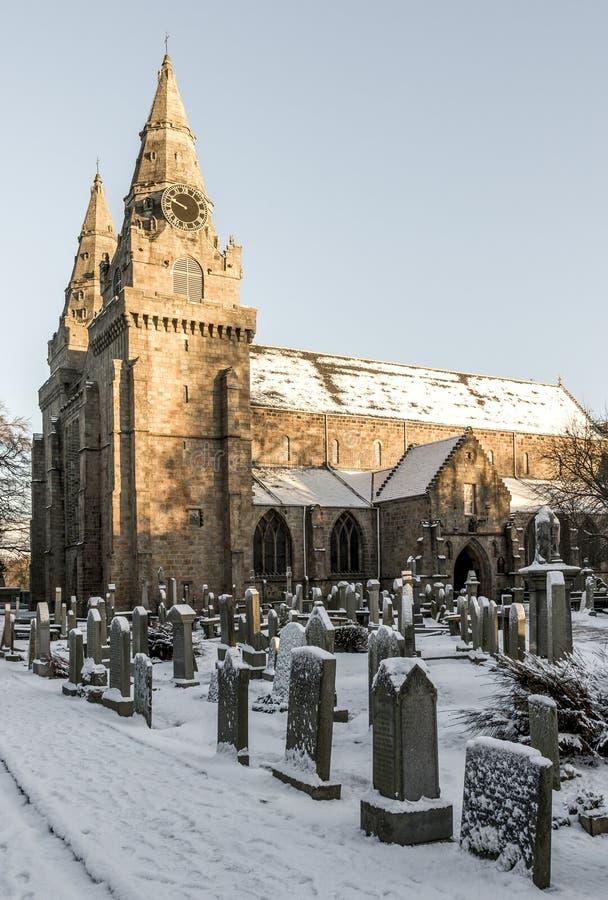 En syn på St Machars katedral och kyrkogård under vintertid täckt med snö, Aberdeen, Skottland royaltyfria bilder