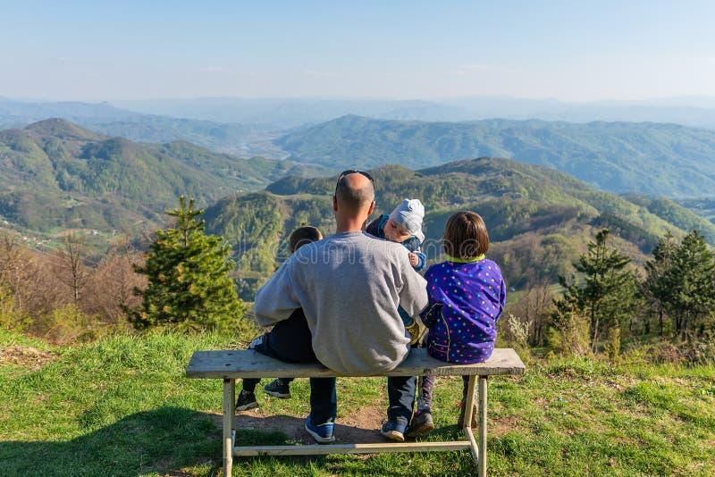 En synvinkel p? berget Jagodnja i Serbien En h?rlig sikt av Drina River och naturen i v?stra Serbien royaltyfria foton