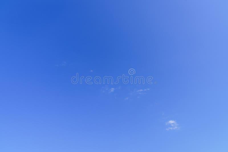 En täckning för blå himmel arkivfoton