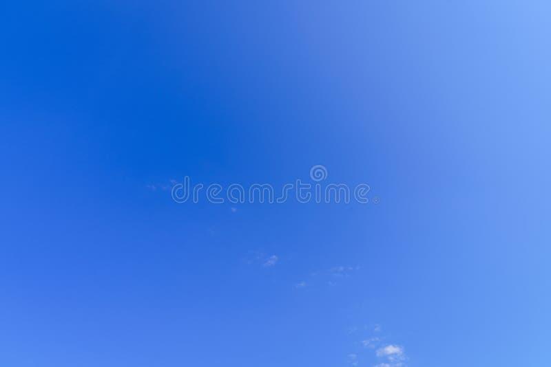 En täckning för blå himmel arkivbilder