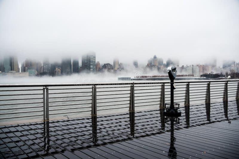En tät dimma täckte New York City under dagen för vinter` s på Januari av 2018 royaltyfri bild