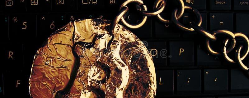 En-tête de chaîne de Bitcoin La vraie pièce de monnaie de la crypto devise jointive par la chaîne en métal est sur un clavier d'o images libres de droits