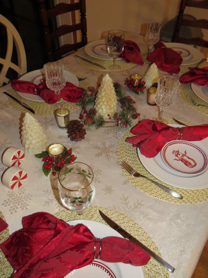En tabell för vinterferie ställde in för en nyårsaftonmatställe royaltyfri foto