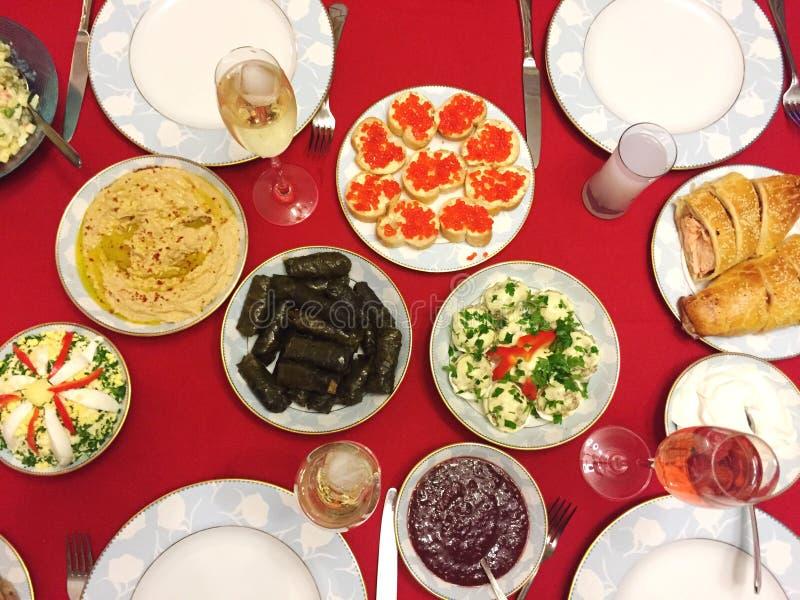 En tabell mycket av mat och drinken för matställe royaltyfri bild