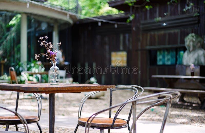En tabell och en stol är utomhus- i coffee shop arkivbilder