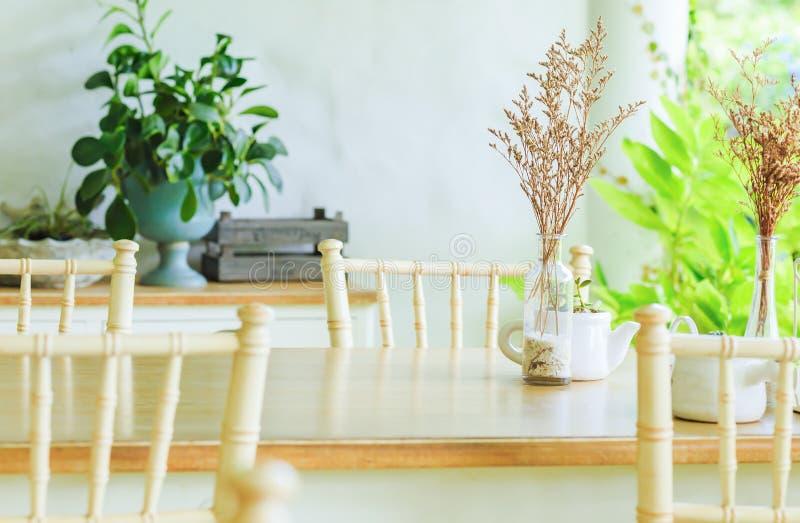 En tabell och en stol i coffee shop royaltyfri fotografi