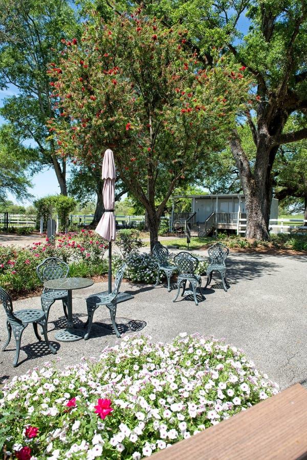 En tabell och stolar sitter på ingången till Laura Plantation i Vacherie, USA arkivfoton
