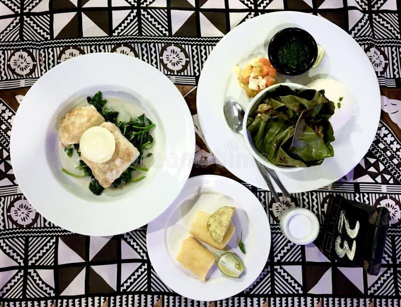 En tabell tjänade som med traditionell kokkonst för exklusiv Fijian royaltyfria foton