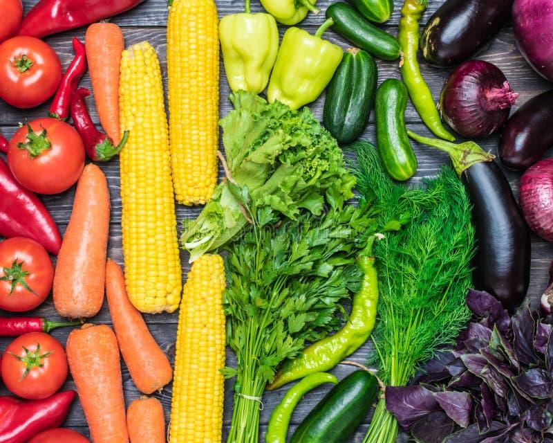 En tabellordning av en variation av nya frukter och grönsaker som sorteras av färger royaltyfri foto