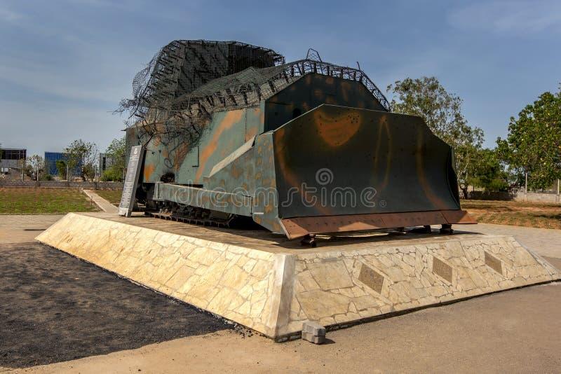 En tamiltiger-bulldozer vid elefantpasset arkivfoto