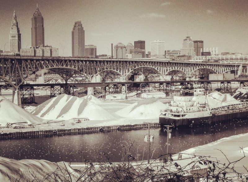 En tappning sköt av Cleveland, Ohio över den Cuyahoga floden arkivfoton