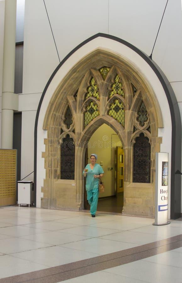 En teatersjuksköterska som lämnar den utsmyckade valvgången på ingången till Dorian Chapel i det Mater sjukhuset i Belfast Nirthe arkivbilder