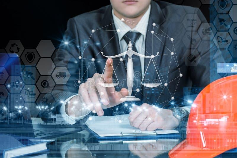 En tekniker som fungerar med juridisk våg och det finansiella systemet arkivbilder