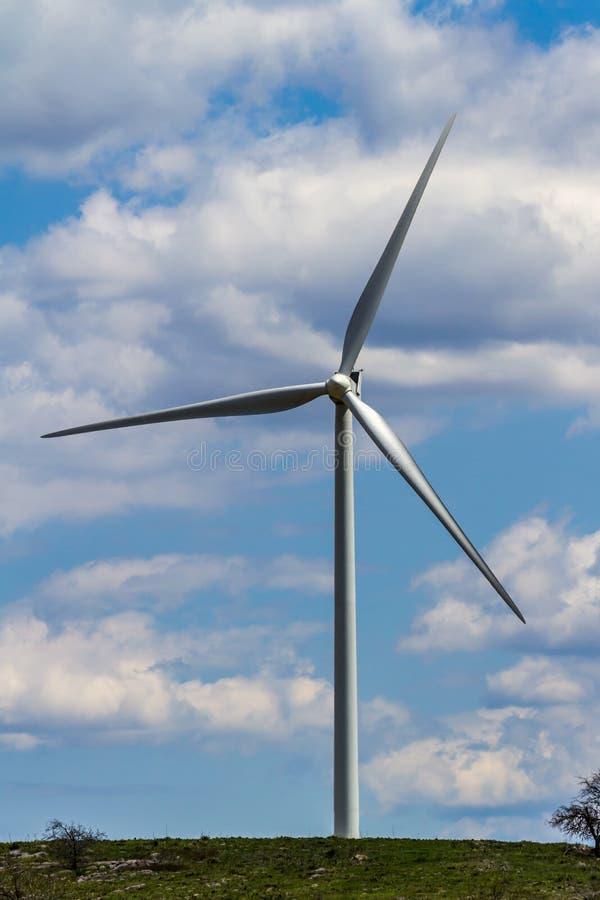 En tekniskt avancerad industriell vindturbin som frambringar ren elektricitet i Oklahoma arkivfoto