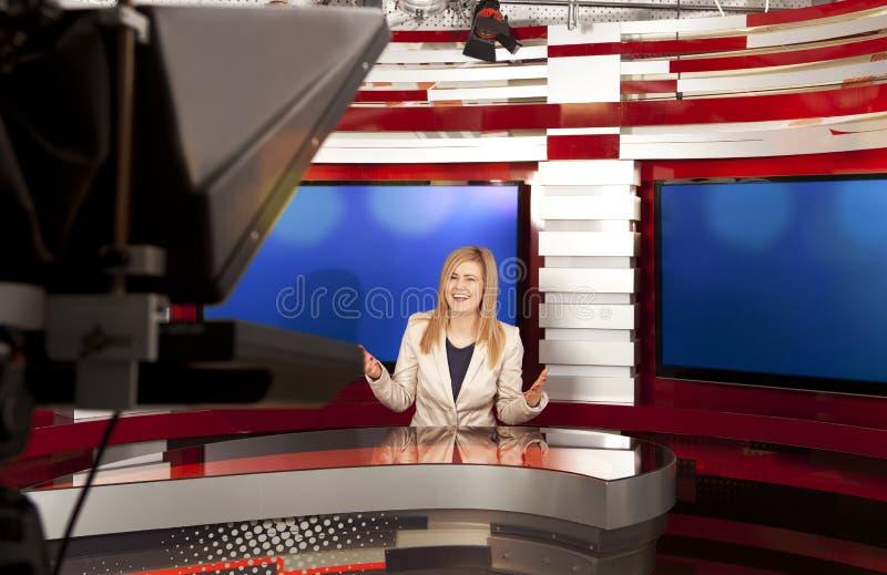 En televisionanchorwoman på studion arkivbilder