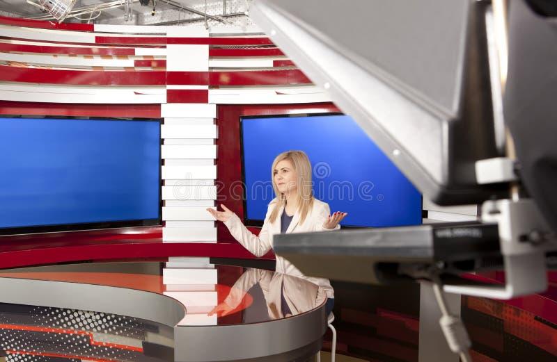 En televisionanchorwoman på studion royaltyfri fotografi
