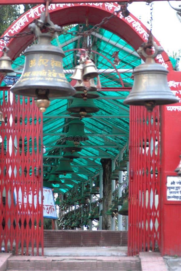 En tempel av Klockor kallade den Chitai Golu Devta templet Almora Indien royaltyfria foton