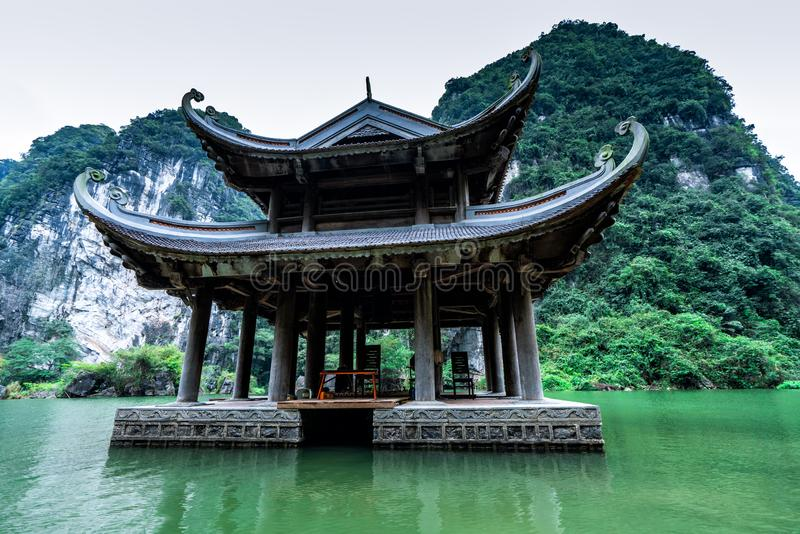 En tempel i bergen och djunglerna av nordliga Vietnam royaltyfri bild