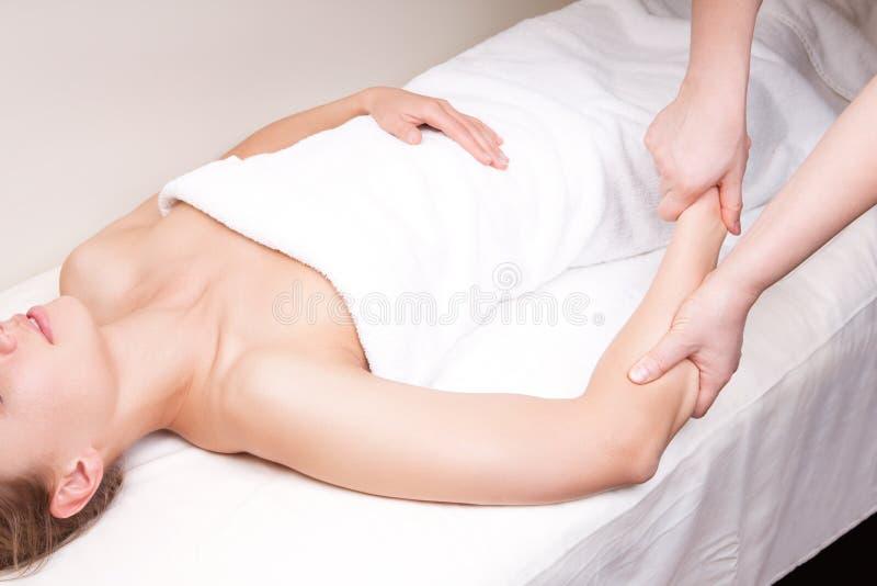 En terapeut som gör djup silkespappermassage arkivbild