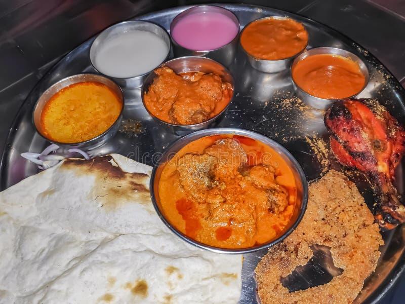 En Thali från indisk traditionell mat för kolhapurMaharashtra med röda och vita skyar som ska tjänas som med kött arkivbild