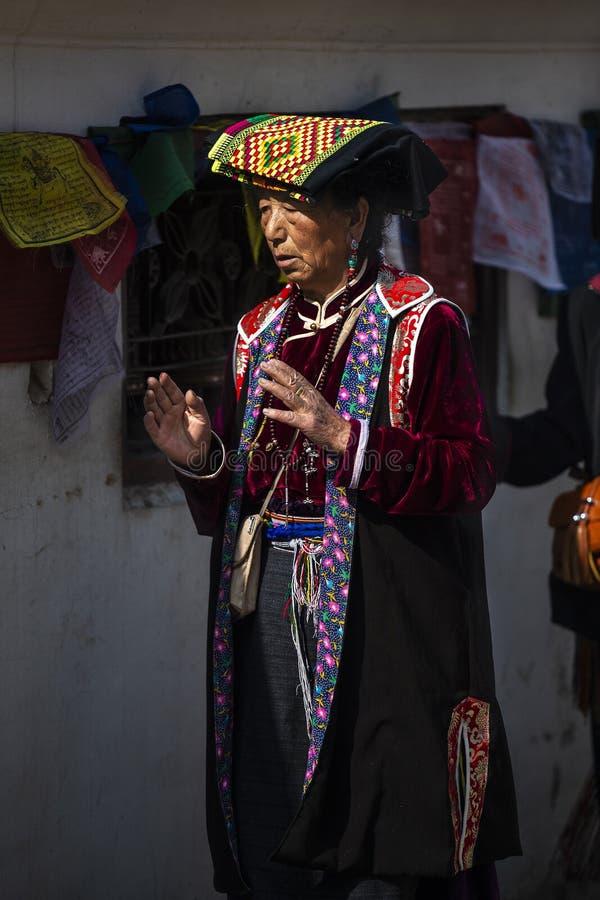 En tibetan dam i traditionstorkdukekora Stupaen och be, Nepal royaltyfria bilder