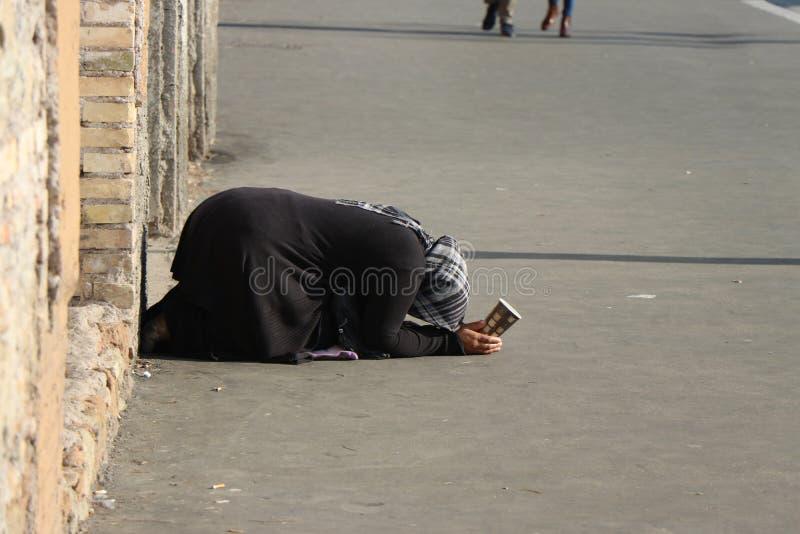 En tiggare i den turist- mitten av Rome royaltyfri foto