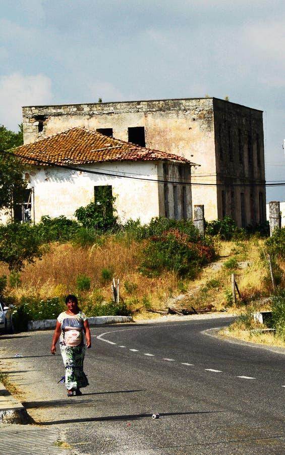 En tiggarekvinna på gränsen mellan Montenegro och Albanien royaltyfria bilder
