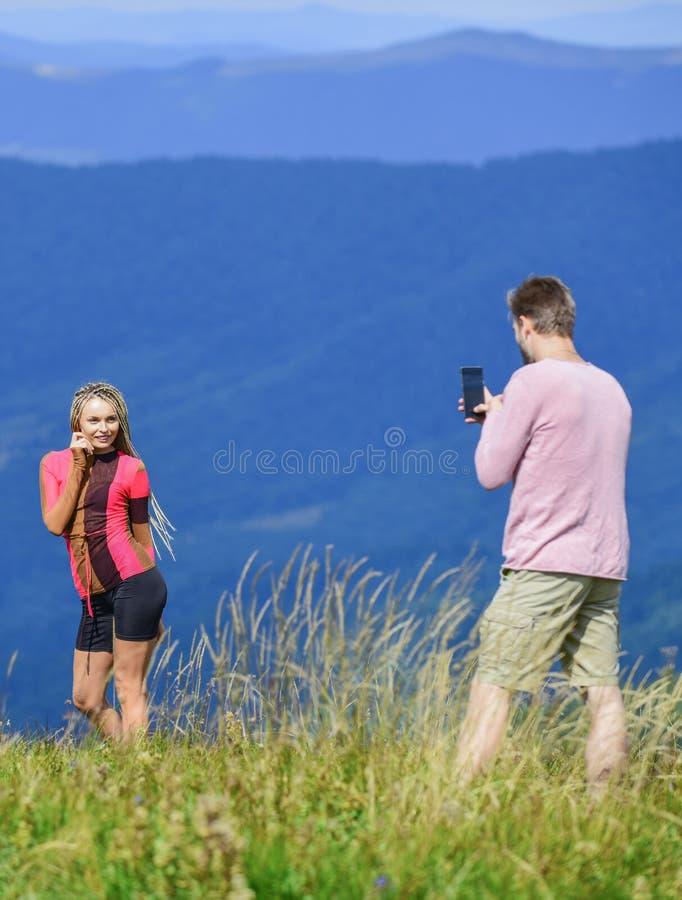 En till bild Resa tillsammans med älskling Ett par fotografier Ett par i kärleksfulla berg Vi tar foto royaltyfria foton