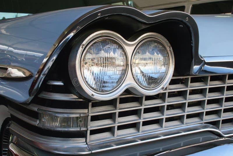 Tvilling- billyktor för Retro klassikerbil arkivbild