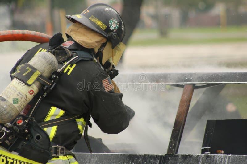 En tjänstgörande brandman arkivbild