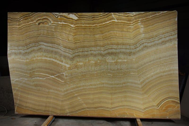 En tjock skiva av naturligt stenar onyx som betraktas att vara halv-dyrbar royaltyfri foto