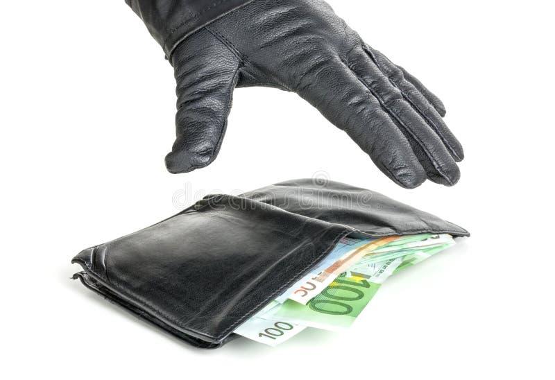 En tjuv med läderhandsken når för en plånbok royaltyfri bild
