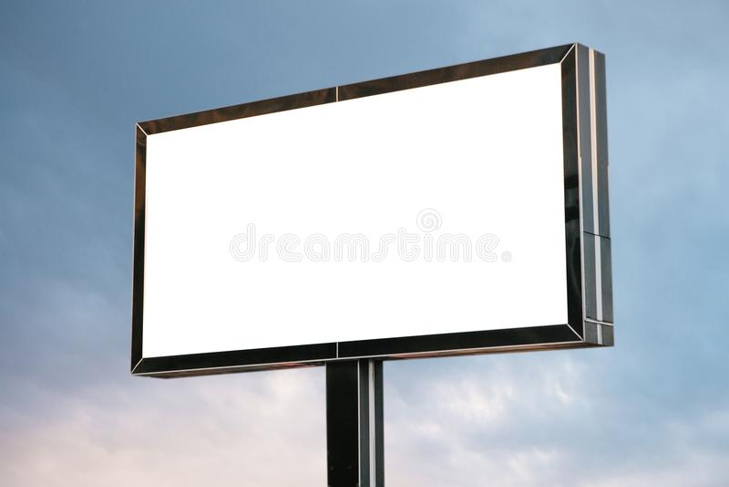 En tom affischtavla mot himlen arkivfoto
