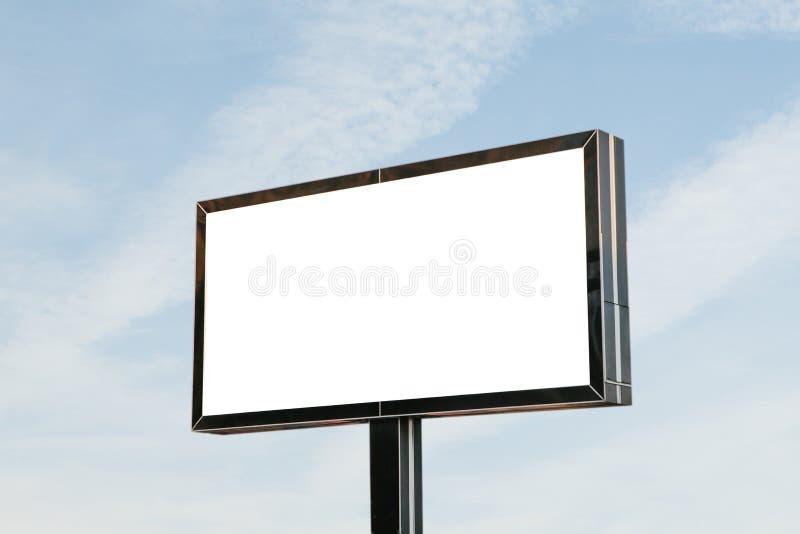 En tom affischtavla mot himlen fotografering för bildbyråer
