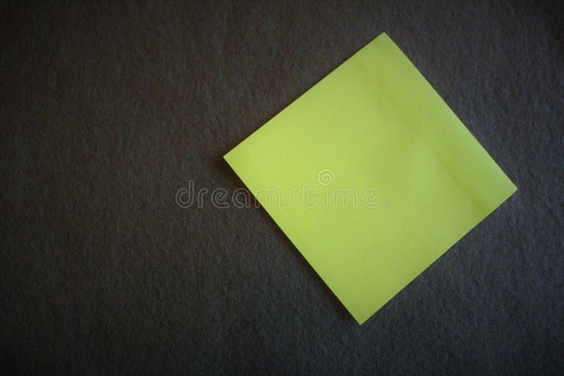 En tom anmärkning på olivgrön bakgrund för grön färg royaltyfri bild