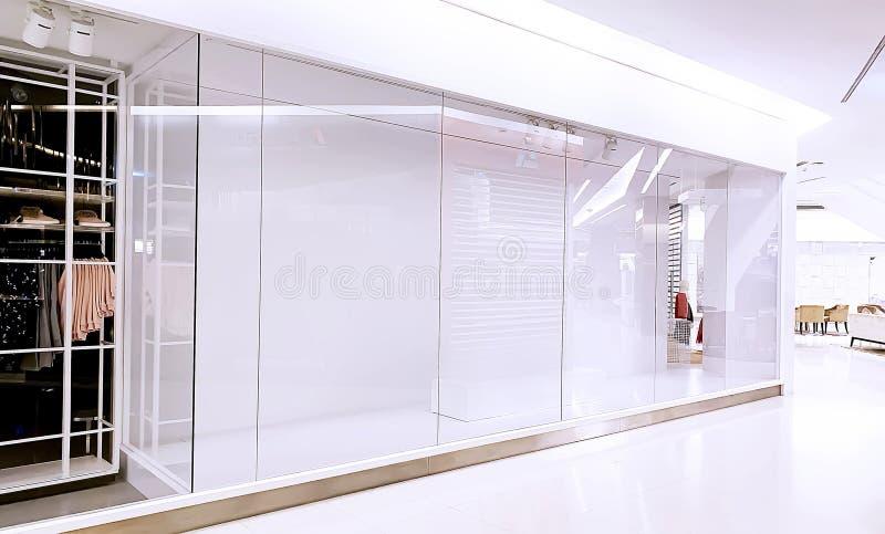 En tom exponeringsglasskärm av torkdukarna shoppar royaltyfria foton