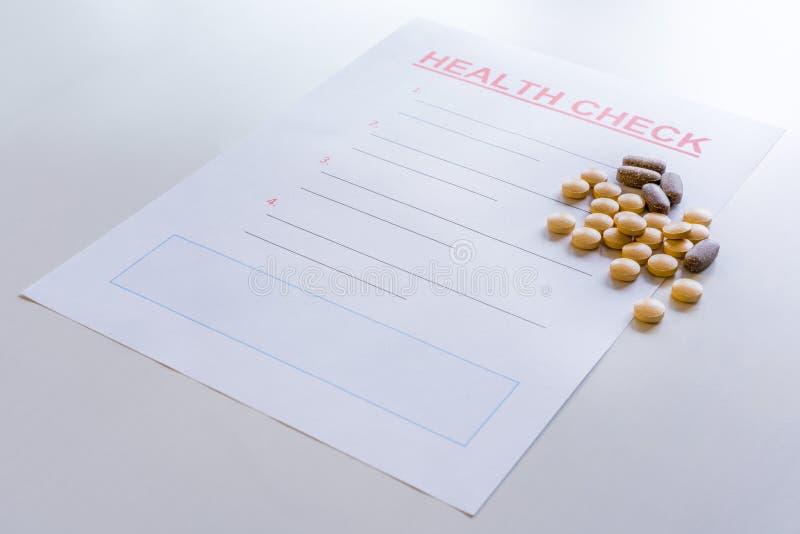 Download En Tom Form För Vård- Kontroll Med Medicin, Vitaminer, Preventivpillerar Spridde På Den Arkivfoto - Bild: 104860122