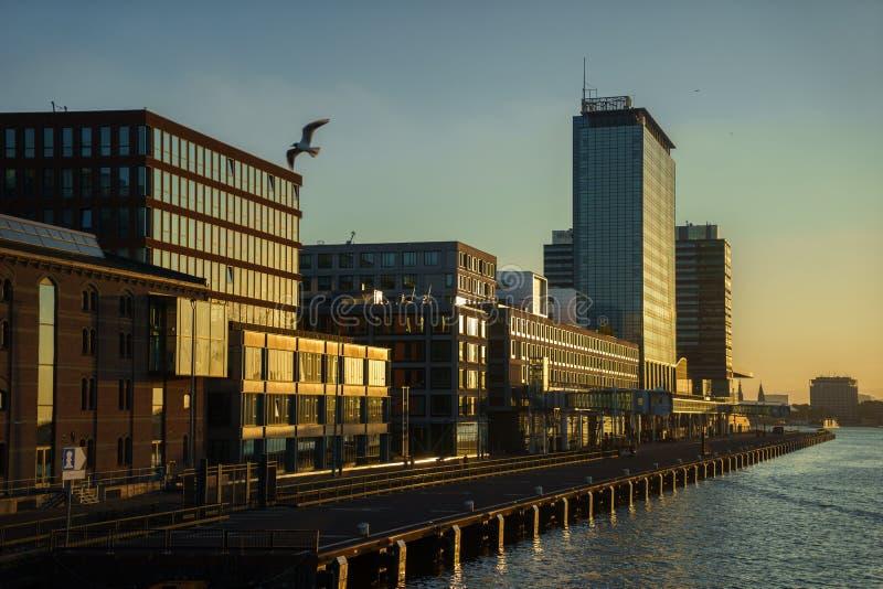 En tom kryssningport i Amsterdam I centret på solnedgången fotografering för bildbyråer