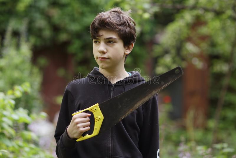 En tonåring som såg att sköta hushållsarbetet nära fotot royaltyfri fotografi