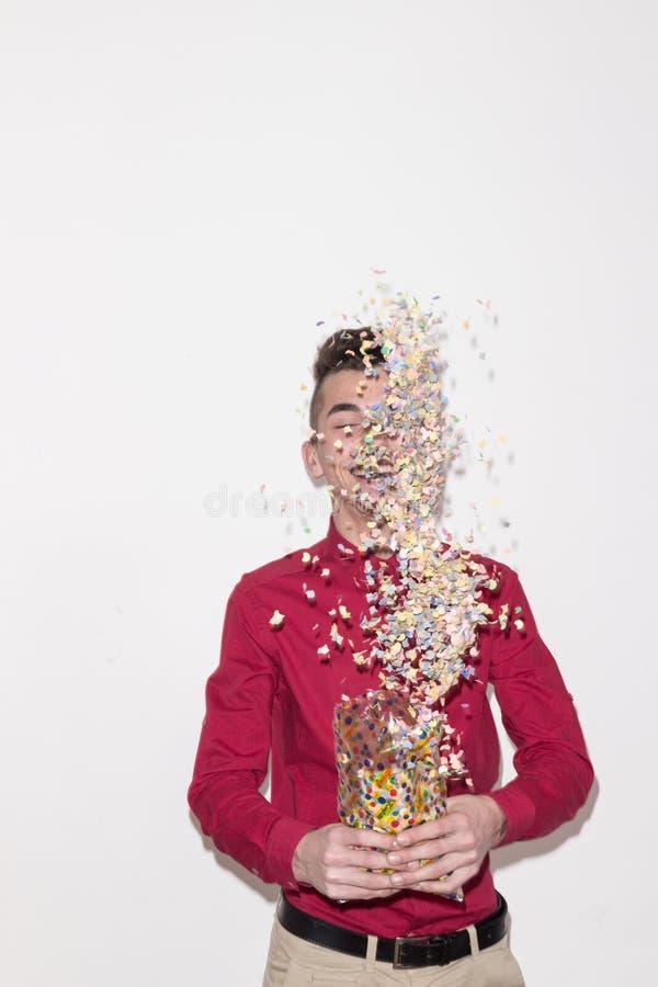 En tonåringman, vit bakgrund, studiostående, röd skjorta, royaltyfri fotografi