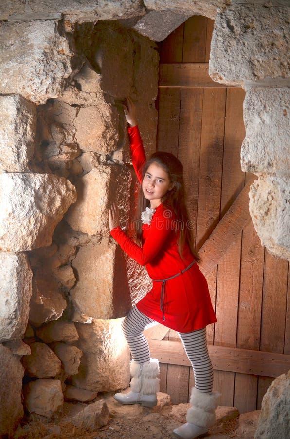 En tonårs- flicka i en forntida övergiven arabisk byggnad royaltyfri foto
