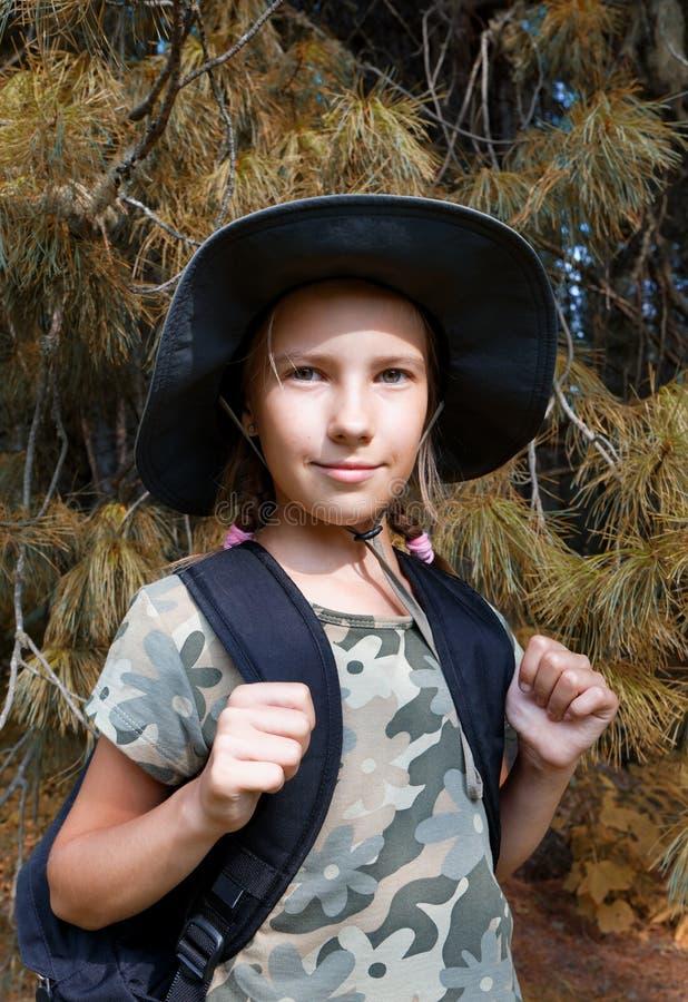 En tonårs- flicka reser till och med skogen royaltyfri fotografi