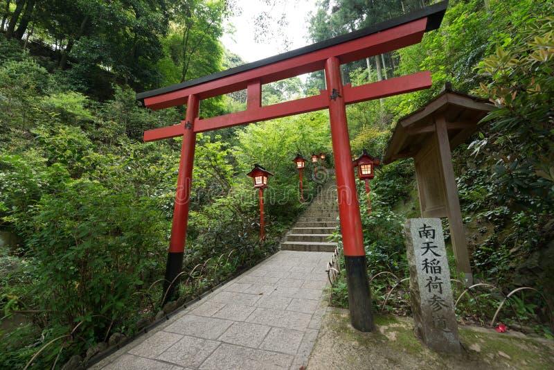 En torii är en traditionell japan arkivbilder