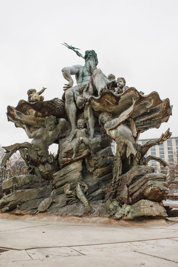 En torr Neptunbrunnen springbrunn arkivfoto