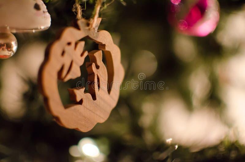 En trä sniden julgranprydnad arkivfoto