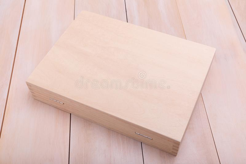 En träresväska på golvet royaltyfria bilder
