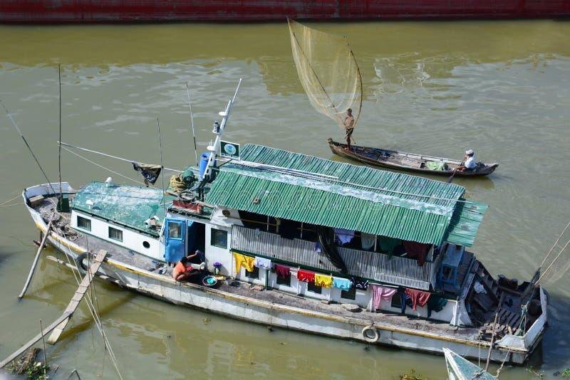 En traditionell fiskebåt irrawaddy flod mandalay myanmar arkivfoton