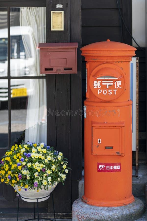 En traditionell japansk postbox i Narai Juki, Japan arkivfoton