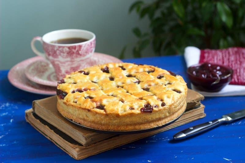 En traditionell körsbärsröd paj för amerikan som eller för europé göras av shortcake Lantlig stil royaltyfri fotografi