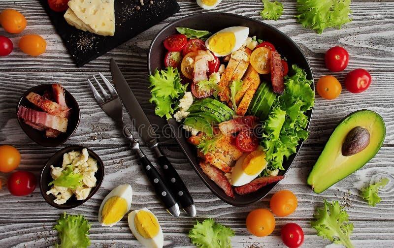 En traditionell maträtt av amerikansk kokkonstCobb sallad royaltyfria foton